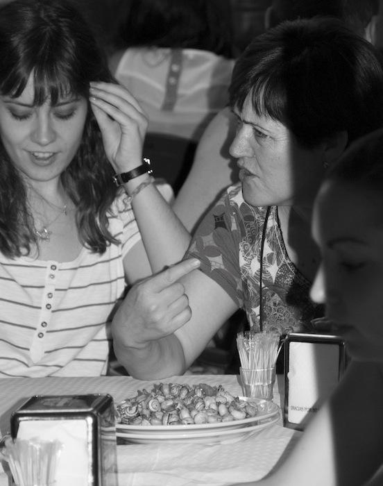 Donne che mangiano caracoles alla Feria di Albacete