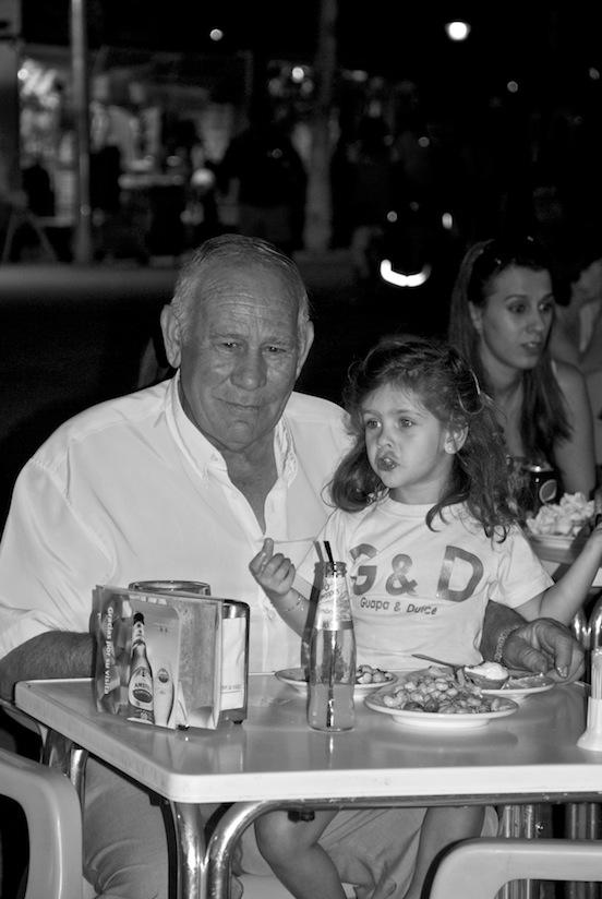 Nonno e nipotina che mangiano caracoles alla Feria di Albacete