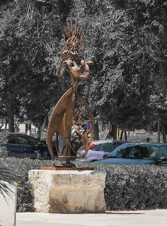 Strana statua di ferro nel parco di Valencia, vicino alla città della scienza