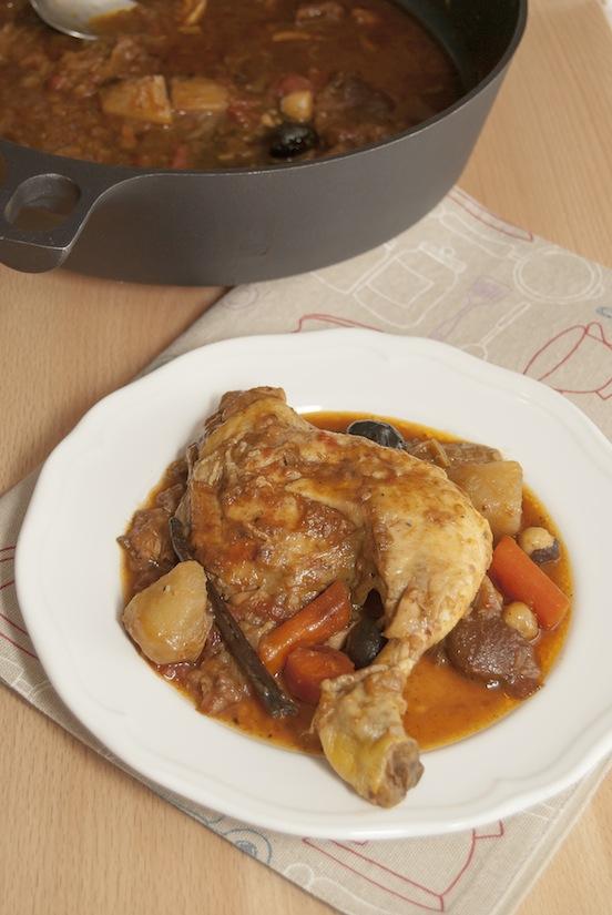 Tagine di pollo con porro, albicocche e nocciole