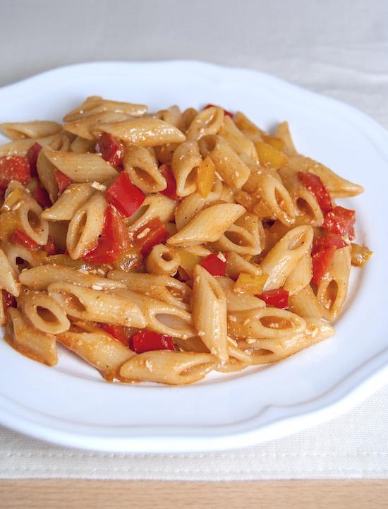 Pasta con peperoni e ricotta affumicata